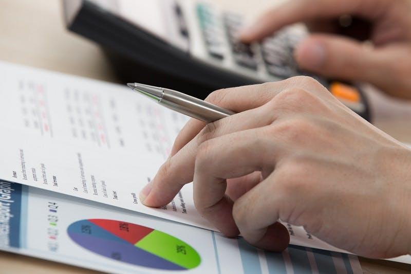 Pessoa calculando o valor do seguro
