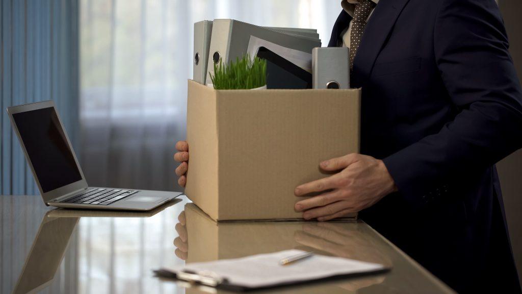 Recolhendo suas coisas após receber uma carta de demissão