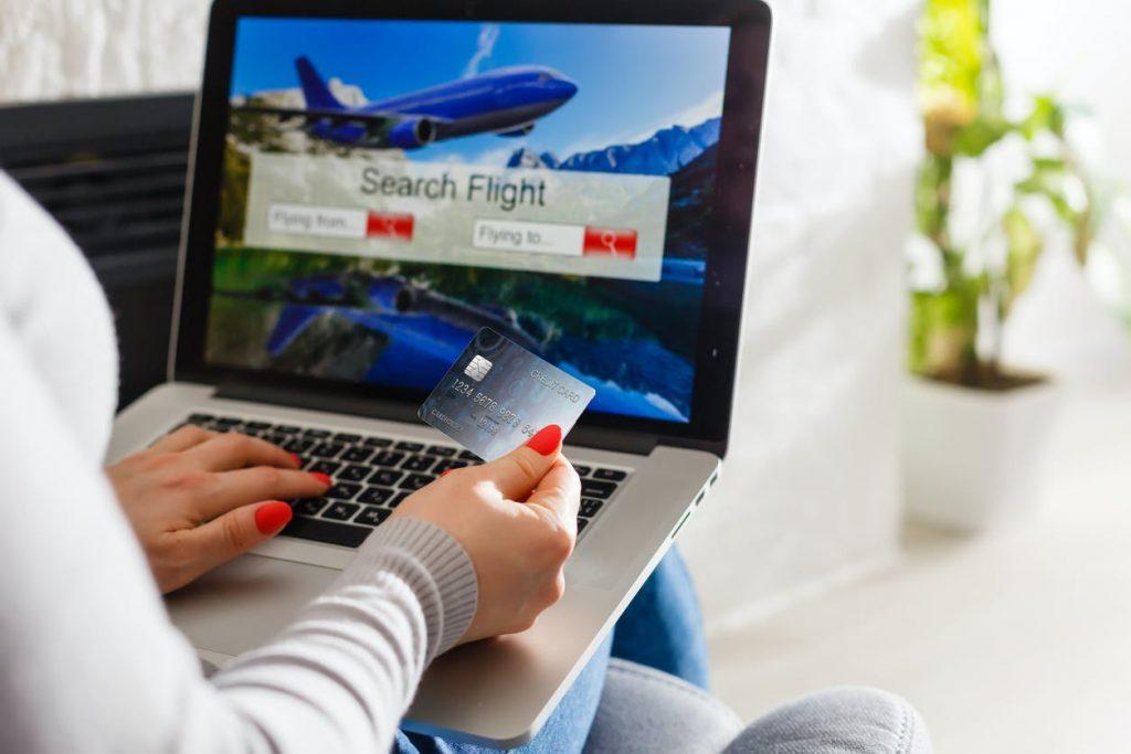 Pessoa fazendo compras com o Santander Esfera Viagens