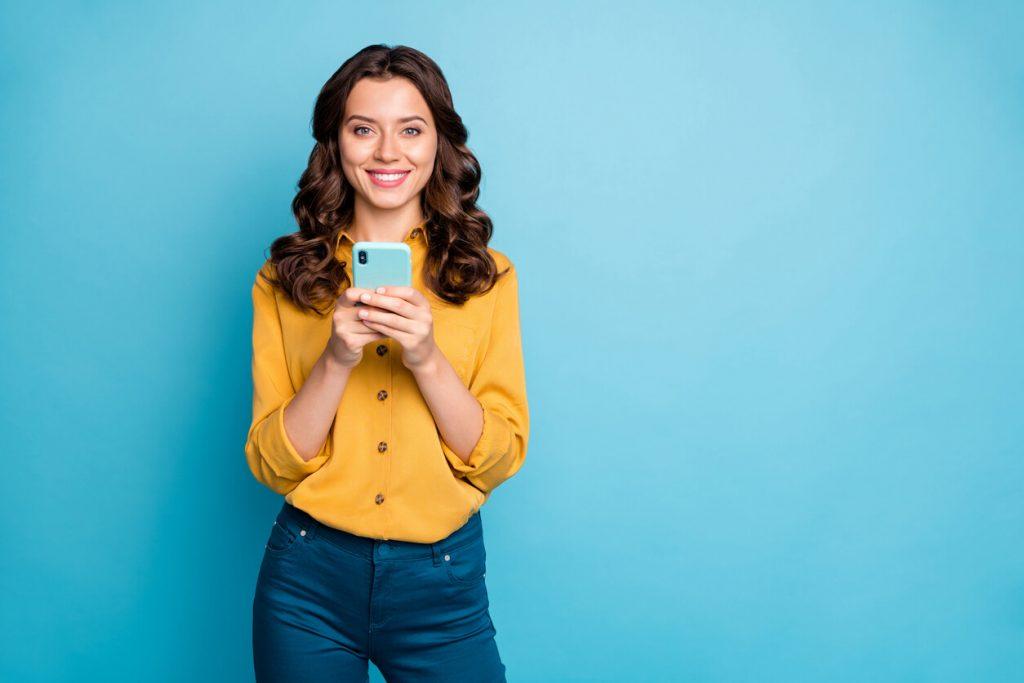 mulher com celular