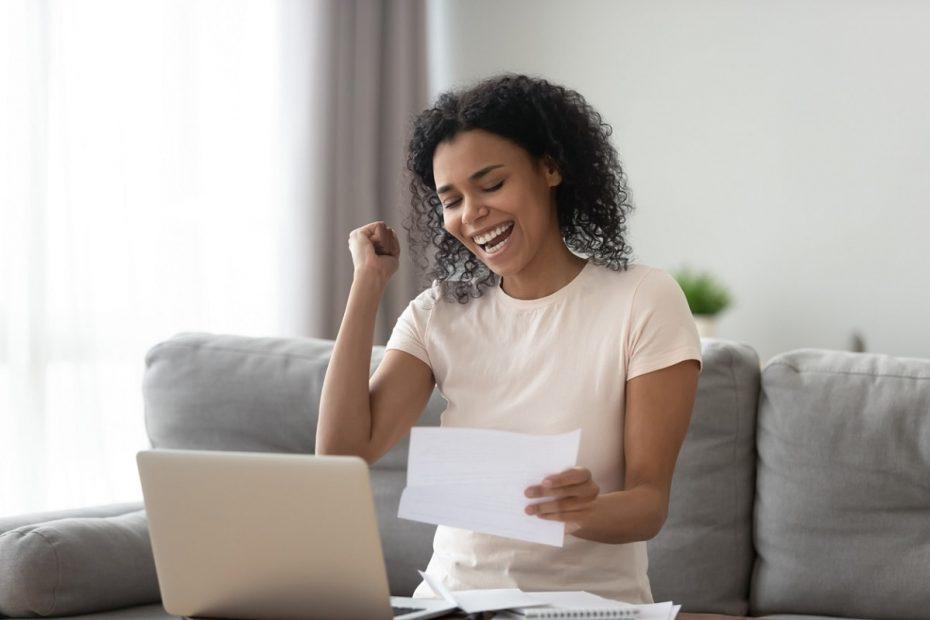 Mulher sorrindo ao conseguir emitir 2 via de boleto Bradesco
