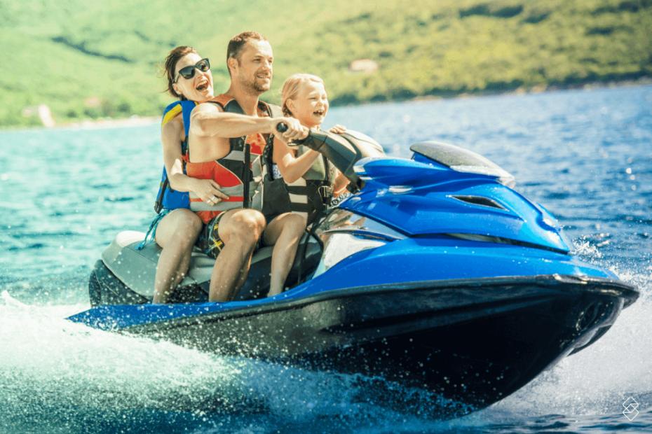 Família feliz em um jet ski.