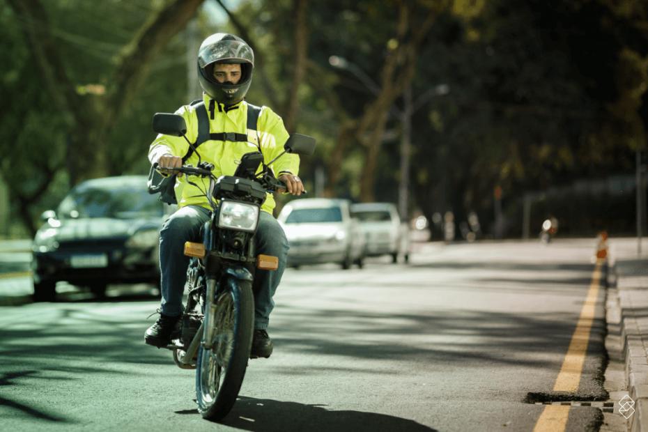 Pessoa andando em uma moto