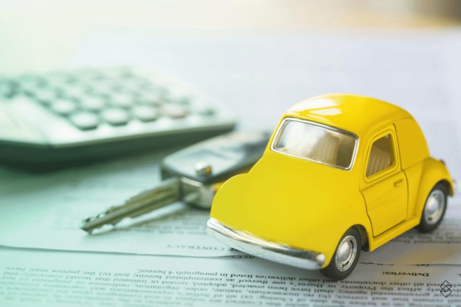 uma calculadora, uma chave e uma miniatura de carro