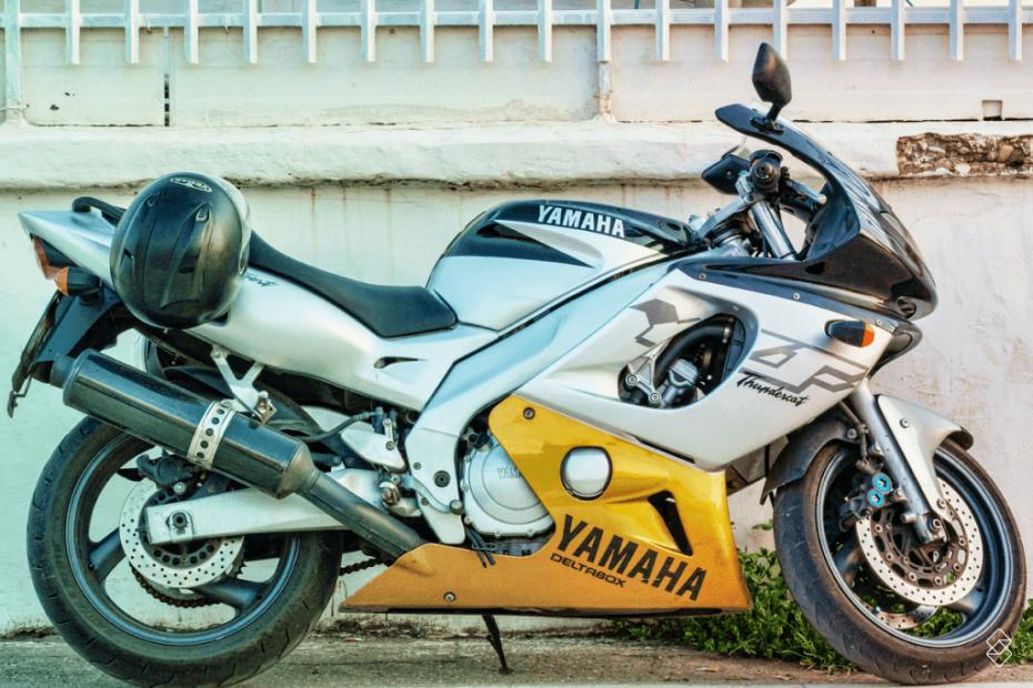 uma moto de alta cilindrada, cinza, preta e amarela