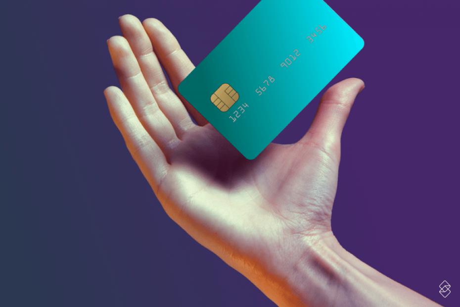 um cartão verde sobre a palma de uma mão direita
