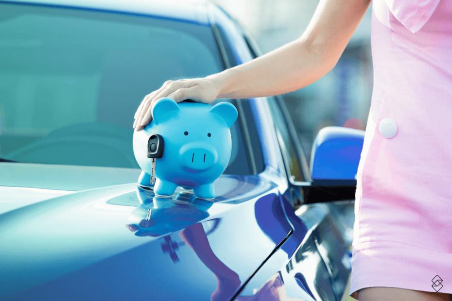 um cofre no formato de porco na cor azul em cima de um carro