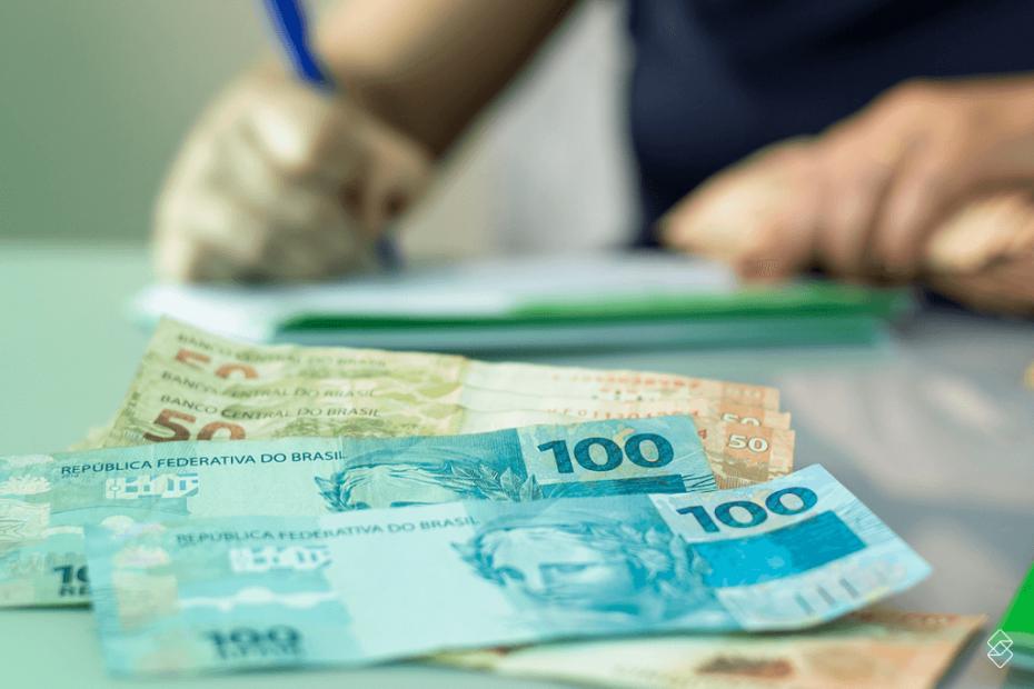 notas de 50 e 100 reais do empréstimo de dinheiro sobre uma mesa