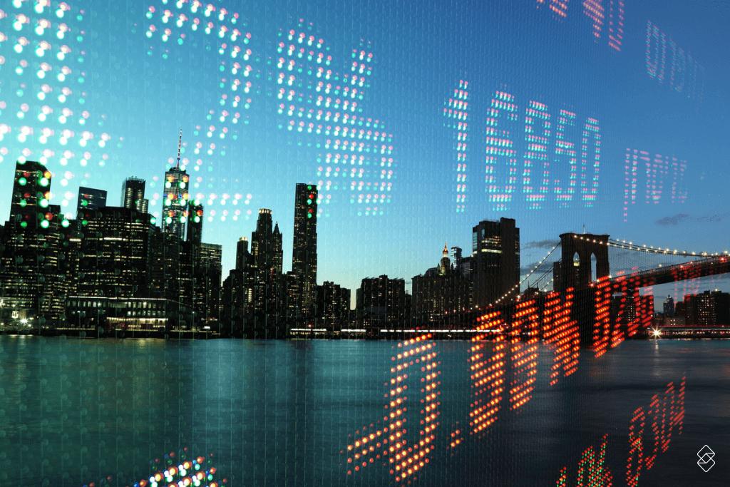 números digitalizados em frente aos prédios de uma cidade