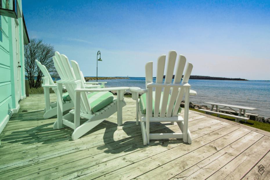 Comprar uma casa na praia possibilita que você deixe cadeiras de frente para o mar