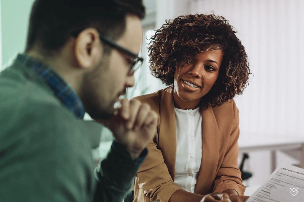 duas pessoas em um ambiente de negócios formalizando um empréstimo com garantia