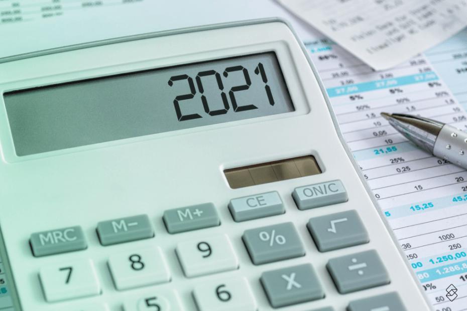 calculadora sobre papéis exibindo o resultado 2021
