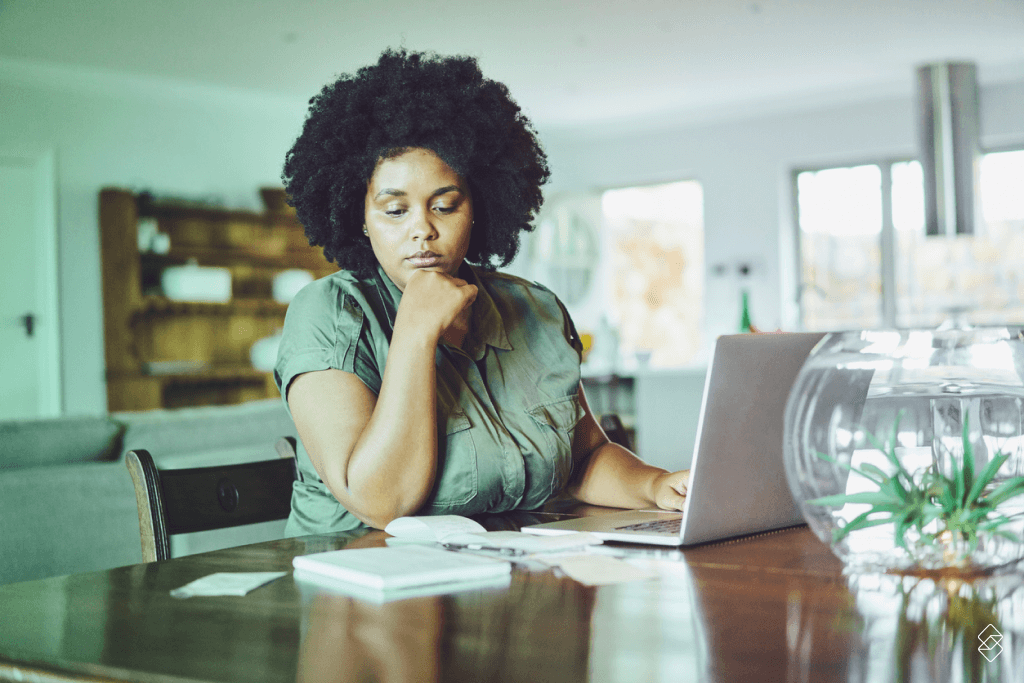 mulher frente a um notebook organizando o orçamento pessoal
